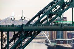 Bus verde che attraversa Tyne Bridge ed il ponte di millennio nella d Immagini Stock Libere da Diritti
