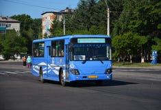 Bus, viaggiante a Komsomol'sk-na-Amure Immagini Stock Libere da Diritti