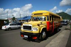 Bus vibrant peint au Samoa image stock