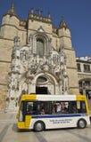 Bus vor Kirche in Coimbra stockfoto