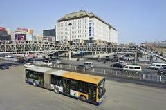 Bus in Xidan-het winkelen straat, Peking, China Stock Afbeelding