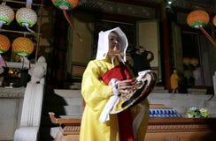 Busan, Corea 4 maggio 2017: Esecutori religiosi al tempio di Samgwangsa Immagine Stock Libera da Diritti