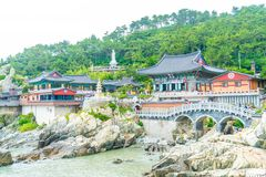BUSAN, Coreia-julho SUL 11,2017: O turista visita Haedong Yonggung Imagens de Stock Royalty Free