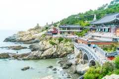 BUSAN, Coreia-julho SUL 11,2017: O turista visita Haedong Yonggung Foto de Stock Royalty Free