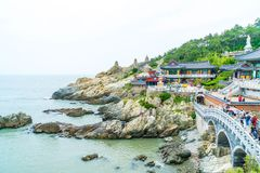 BUSAN, Coreia-julho SUL 11,2017: O turista visita Haedong Yonggung Fotografia de Stock Royalty Free