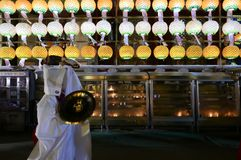 Busan, Korea 4. Mai 2017: Religiöse Ausführende an Samgwangsa-Tempel lizenzfreies stockfoto