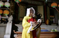 Busan, Korea 4. Mai 2017: Religiöse Ausführende an Samgwangsa-Tempel lizenzfreies stockbild