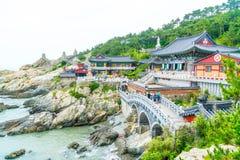 BUSAN, POŁUDNIOWY lipiec 11,2017: Turysta odwiedza Haedong Yonggung zdjęcie royalty free