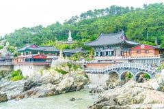 BUSAN SÖDRA Korea-Juli 11,2017: Turisten besöker Haedong Yonggung royaltyfria bilder