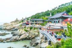 BUSAN SÖDRA Korea-Juli 11,2017: Turisten besöker Haedong Yonggung Fotografering för Bildbyråer