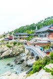BUSAN SÖDRA Korea-Juli 11,2017: Turisten besöker Haedong Yonggung Arkivbild