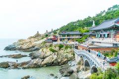 BUSAN SÖDRA Korea-Juli 11,2017: Turisten besöker Haedong Yonggung Arkivfoton