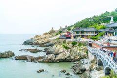 BUSAN SÖDRA Korea-Juli 11,2017: Turisten besöker Haedong Yonggung Royaltyfri Fotografi