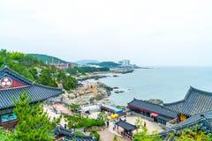 BUSAN SÖDRA Korea-Juli 11,2017: Turisten besöker Haedong Yonggung Royaltyfria Foton