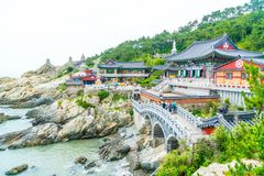 BUSAN SÖDRA Korea-Juli 11,2017: Turisten besöker Haedong Yonggung Royaltyfri Foto