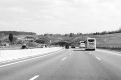 Busautos und -lKWs auf beschäftigtem Autobahn Lizenzfreie Stockbilder