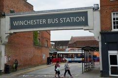 Busbahnhofzeichen über Winchester-Busbahnhof Lizenzfreie Stockfotos