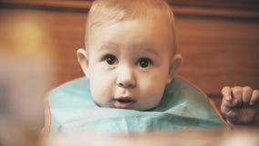Busbana francese d'uso della neonata divertente pronta per il pasto, primo piano archivi video