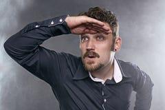 Busca considerável do homem um trabalho na névoa das oportunidades Fotografia de Stock