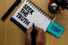 Busca da exibição da nota da escrita a verdade A foto do negócio que apresenta procurando os fatos reais investiga o estudo desco foto de stock royalty free