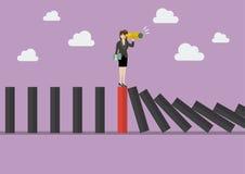 Busca da mulher de negócio na estratégia empresarial na telha vermelha am do dominó Fotografia de Stock