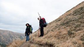 Busca nas montanhas Caminhada das montanhas foto de stock