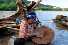 Buscadores de oro en Indonesia en una isla Borneo Imágenes de archivo libres de regalías