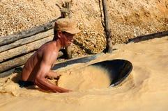 Buscadores de oro en Indonesia en una isla Borneo Imagen de archivo libre de regalías