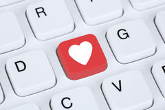 Buscando el socio y el amor en línea en el ordenador de la datación de Internet Foto de archivo libre de regalías