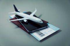 Buscando la compra y reservando los vuelos en línea con smartphone imagen de archivo