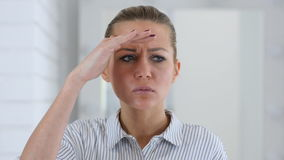 Buscando, retrato de la mujer en oficina almacen de video