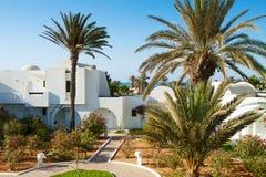 Buscando un hotel recurra en día de verano soleado Fotos de archivo libres de regalías
