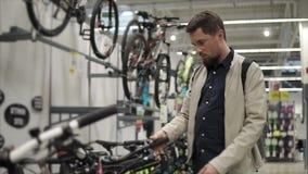 Buscar la nueva bicicleta almacen de metraje de vídeo
