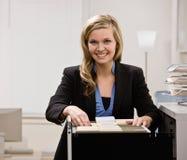 Buscas da mulher de negócios através da gaveta de arquivo foto de stock royalty free
