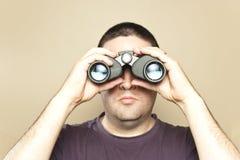 Buscas do homem com binóculos Imagens de Stock Royalty Free