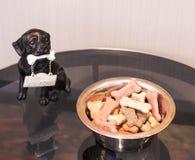 Buscuits de chien omis à un hôtel photos libres de droits