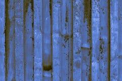 buse och rostigt blått gulaktigt brunaktigt indigoblått korrugerat järn M Arkivbilder