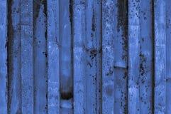 buse och rostigt blått ljust gråaktigt blåaktigt indigoblått korrugerat järn Royaltyfri Bild