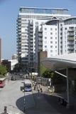 Buseindpunt en high-rise flatblokken Stock Afbeelding