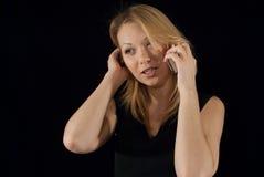 Buseness Dame, die mit ihrem Abkommen am Telefon sich befasst Lizenzfreies Stockfoto