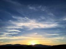 Buses de Cathartidae d'aves d'aura de Cathartes de vautours de Turquie montant au coucher du soleil près de St George Utah dans l photo libre de droits