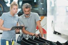 Busfabriktechniker, die Glaslieferung kontrollieren lizenzfreies stockfoto