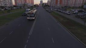 Busfahrten unter der Kamera stock video