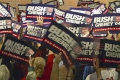Bush/Cheney tecken som rymms av supportrar Arkivfoton