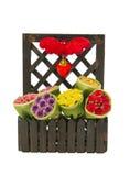 Bush di colore differente delle rose e del simbolo del cuore nel recinto di legno fotografie stock