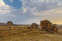 Bush i skała pustynny zmierzch w Isalo, Madagascar Zdjęcia Stock