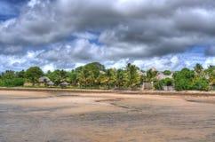 Bush-Lager auf Strand in Mosambik Stockfotos