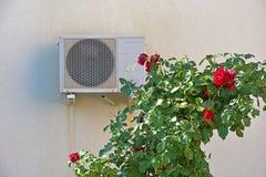 Bush von Rosen und von Klimaanlage stockbild