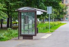 bushalte in het stadscentrum stock afbeeldingen