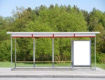 Bushalte met een aanplakbord Stock Foto's